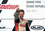 """35 metų laukimas baigėsi: lietingoje Čekijoje – pirma brito pergalė """"MotoGP"""" karjeroje"""
