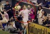 """Profesionalus laiko """"degintojas"""": JAV futbolininkas į tribūnas išmetė net atsarginį kamuolį"""