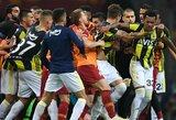 Pamatykite: Stambulo futbolo klubų derbis baigėsi masinėmis muštynėmis
