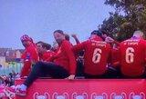 """Pamatykite: """"Liverpool"""" čempionų parado metu autobuse linksminęsis J.Kloppas vos išlaikė pusiausvyrą"""