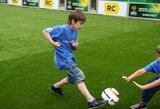 Europos U-19 čempionato metu vaikai atostogauja su futbolu