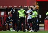 """Pamatykite: be žiūrovų vykusiose """"Barcelona"""" rungtynėse į aikštę įsiveržė L.Messi gerbėjas"""