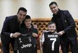Pamatykite: C.Ronaldo ir G.Buffonas susitiko su dviem vaikais, išgyvenusiais Albanijoje žemės drebėjimą