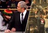 """Skandalas WWE """"Šlovės muziejaus"""" ceremonijoje: pro apsaugą prasiveržęs žiūrovas pargriovė legendinį imtynininką"""
