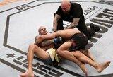 UFC turnyre be žiūrovų Ch.Oliveira privertė pasiduoti sunkiai tą pripažinusį K.Lee ir stato save į pretendentus dėl lengvo svorio kategorijos titulo