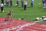 Jėgų netekusiai bėgikei finišą pasiekti padėjo varžovė