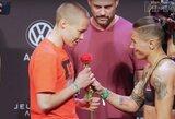 R.Namajunas vietoje grėsmingos akistatos sulaukė dovanų rožės bei po savo kalbos vietinių sirgalių buvo palydėta griausmingais plojimais