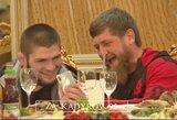 Čečėnijos prezidentas įteikė dovaną C.Nurmagomedovui ir pabandė sutaikyti jį su Timati