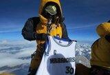 """""""Warriors"""" gerbėjas S.Curry marškinėlius užkėlė į Everesto viršūnę"""