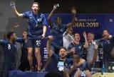 Pamatykite: į spaudos konferenciją įsiveržę Prancūzijos žaidėjai išmaudė trenerį gėrimuose ir skyrė jam dainą