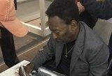 Legendinis Pele net ir sėdėdamas vežimėlyje neatsisako dalinti gerbėjams autografų