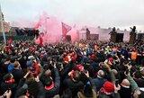 """Pamatykite: kaip atrodė """"Liverpool"""" sirgalių apgultis iš """"Manchester City"""" autobuso vidaus"""