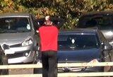Pamatykite: per toli kamuolį numušęs futbolininkas suskaldė savo paties mašinos stiklą