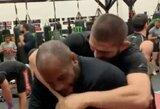Pamatykite: treniruotėje C.Nurmagomedovas susitiko su D.Cormier ir bejuokaudamas jį pargriovė