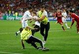 Pamatykite: pavojingą C.Ronaldo išpuolį nutraukė į aikštę išbėgęs gerbėjas