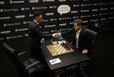 Po permainingos 5 valandų partijos M.Carlsenas ir F.Caruana vėl išsiskyrė taikiai