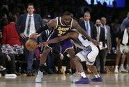 """L.Jameso baudų metimai ir A.Daviso blokas nulėmė """"Lakers"""" pergalę"""