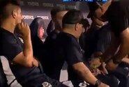 Pamatykite: D.Maradonai rungtynių metu perduotas įtartinas paketas