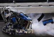 NASCAR lenktynėse į masinę avariją pateko 19 automobilių, R.Newmanas – ligoninėje