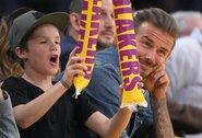 Penkiolikmetis D.Beckhamo sūnus norėjo uždirbti apvalią sumą aukcione: pardavinėjo tėvų draugo dovaną