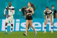 Belgų ir suomių rungtynėse į aikštę išbėgo mergina: paaiškėjo, ką ji reklamavo