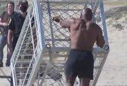 Paplūdimyje pasirodęs M.Tysonas stumdė narvą ir mėtė gelbėjimosi ratą