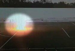 Rusai paviešino vaizdo įrašą, kaip žaibas nutrenkė jauną vartininką