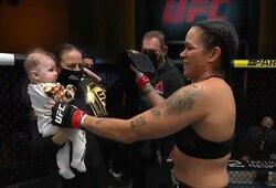 """Pirmą kartą pergalę su savo žmona ir dukrele šventusi A.Nunes: """"Tikras stebuklas, kad ji iki kovos galo neužmigo"""""""