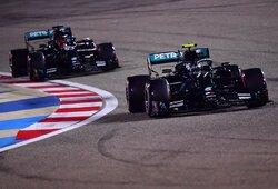 """Greičiausią ratą """"F-1"""" istorijoje nuvažiavęs V.Bottas tik per plauką aplenkė L.Hamiltoną pakeitusį G.Russellą"""