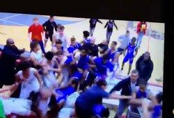 Visiškas chaosas vidurinių mokyklų krepšinio rungtynėse: rankos paspaudimas baigėsi masinėmis muštynėmis