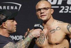 """UFC kovotojas A.Smithas papasakojo sukrečiančią istoriją apie naktį į namus įsibrovusį nusikaltėlį: """"Kambarys buvo pilnas kraujo. Nežinojau, kad įmanoma taip bijoti"""""""