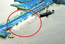 Startą užblokavusi valtis sujaukė triatlono pradžią: pusė atletų šoko į vandenį, bet turėjo grįžti atgal