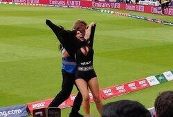 Šou tęsiasi: V.Zdoroveckio motina bandė įsiveržti į aikštę pasaulio kriketo čempionato finale