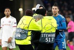 """Pamatykite: C.Ronaldo nustūmė rungtynėse su """"Lyon"""" į aikštę įsiveržusį jaunąjį gerbėją"""