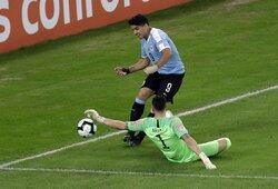 Pamatykite: internautus prajuokino desperatiškas L.Suarezo prašymas skirti baudinį dėl ranka baudos aikštelėje kamuolį lietusio vartininko