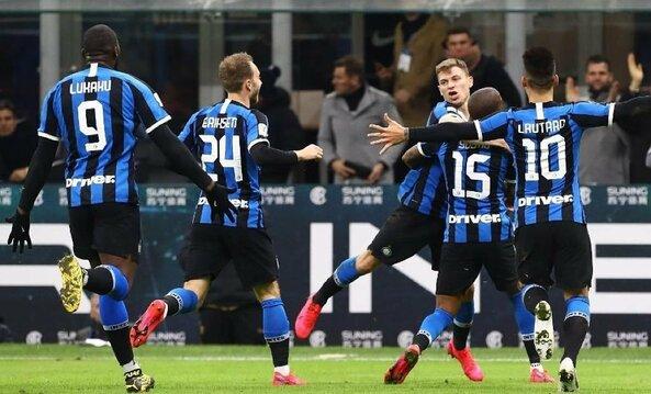 """25. Milano """"Inter"""" (Italija) – 1,200 balo pagal FFI indeksą. Žaidėjų vertė: 535,9 mln. eurų. Ilgalaikio turto vertė: 19 mln. eurų. Pinigai banke: 45,1 mln. eurų. Potencialios savininko investicijos: 170 mln. eurų."""