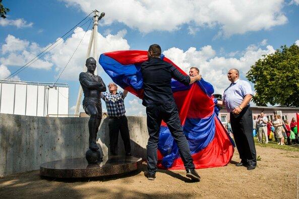 Kybartuose – pirmasis paminklas futbolo žmogui Lietuvoje ir pasaulinis titulas