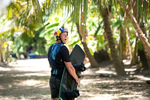 Vandenlenčių aso D.Guhrso triukai ant vandens saulėtame Bankoke