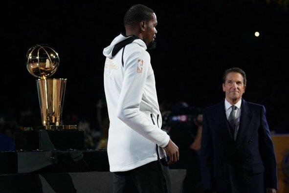 """NBA čempionų žiedų įteikimas """"Warriors"""" komandai"""