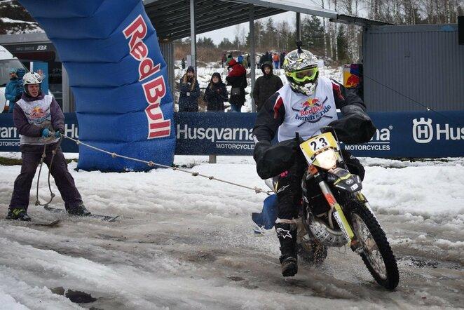 Mykolas Paulavičius ir Eimantas Budreckis skijoringo varžybose Latvijoje | Organizatorių nuotr.