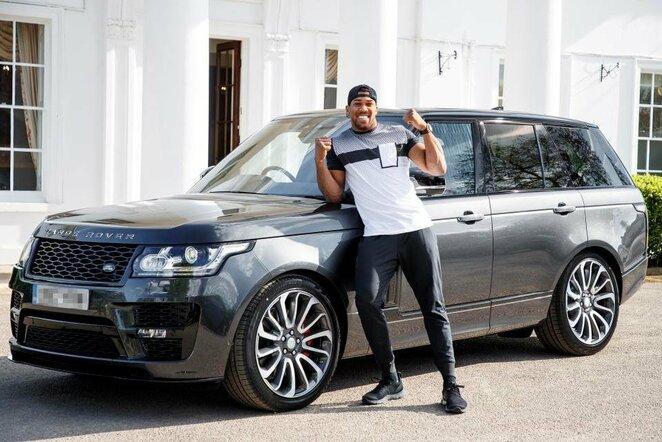 Anthony Joshua ir naujasis jo automobilis | Organizatorių nuotr.