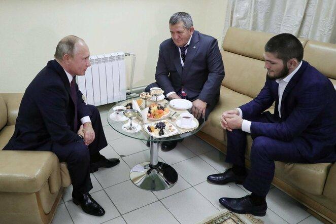 Vladimiras Putinas, Abdulmanapas Nurmagomedovas ir Chabibas Nurmagomedovas   Scanpix nuotr.