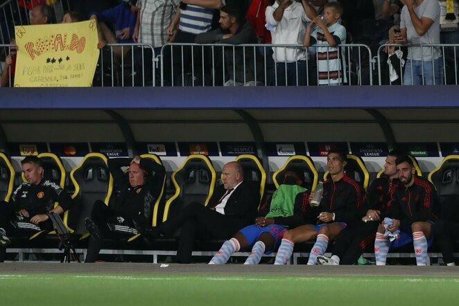 Cristiano Ronaldo ir Bruno Fernandesas ant atsarginio žaidėjų suolelio  | Scanpix nuotr.