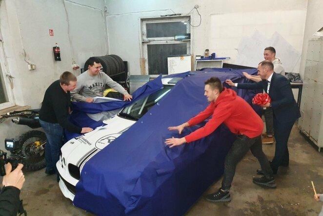 33-iojo gimtadienio proga R.Šeinauskui komanda padovanojo dvejus metus gamintą BMW | Organizatorių nuotr.
