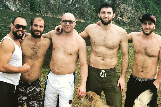 Ruslanas Magomedovas su bičiuliais | Instagram.com nuotr
