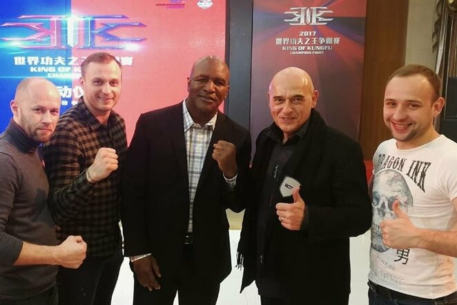 Julius Mokca ir Andrius Šipaila su legendiniu boksininku Evanderiu Holyfieldu   Organizatorių nuotr.