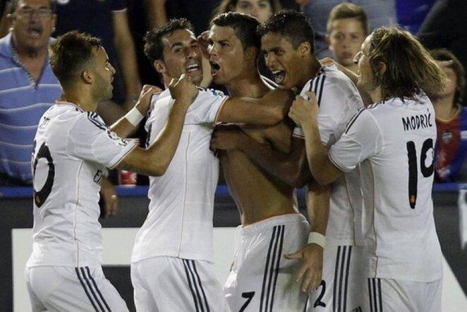 Komandos draugai sveikina įvartį pelniusį C.Ronaldo   AP/Scanpix nuotr.