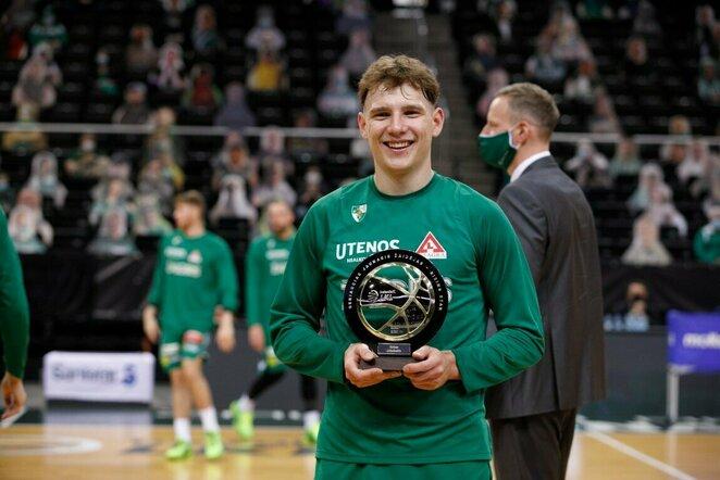 R.Jokubaičiui įteiktas geriausio jaunojo LKL krepšininko trofėjus   Eriko Ovčarenko / BNS foto nuotr.