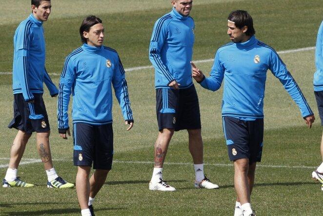 Mesutas Ozilas (kairėje) ir Sami Khedira (dešinėje) | Reuters/Scanpix nuotr.