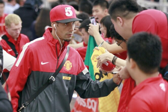 Gynėjas Rio Ferdinandas dalina autografus | AP/Scanpix nuotr.